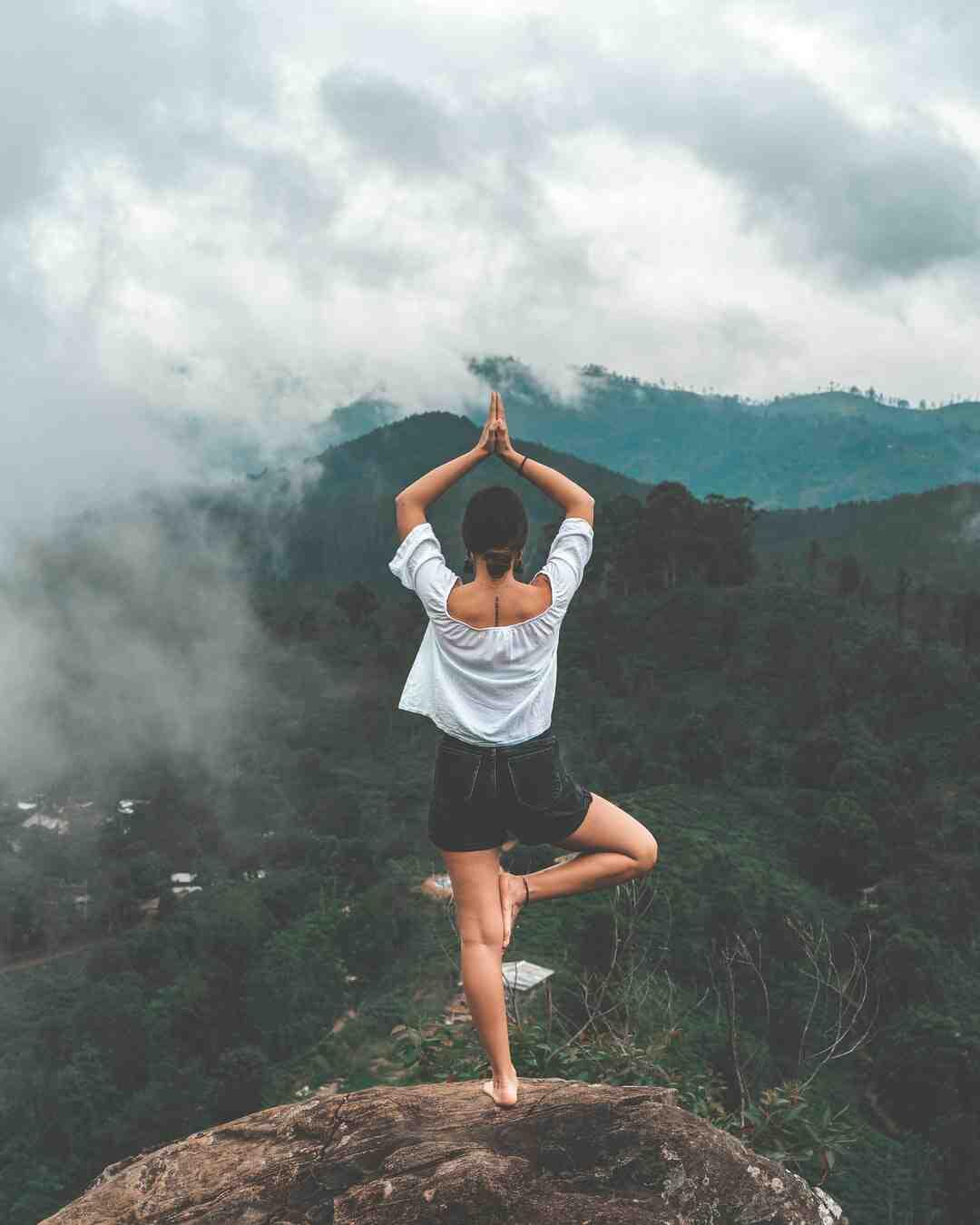 Comment faire la posture du corbeau (yoga)